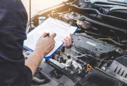 Mecánico revisa auto
