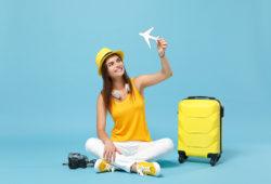 Mujer con avión de juguete en la mano