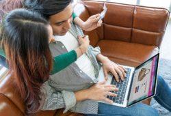 Pareja realiza compras en línea con tarjeta de crédito