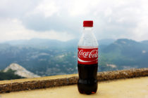 Reto de los 10 pesos en botella de Coca Cola
