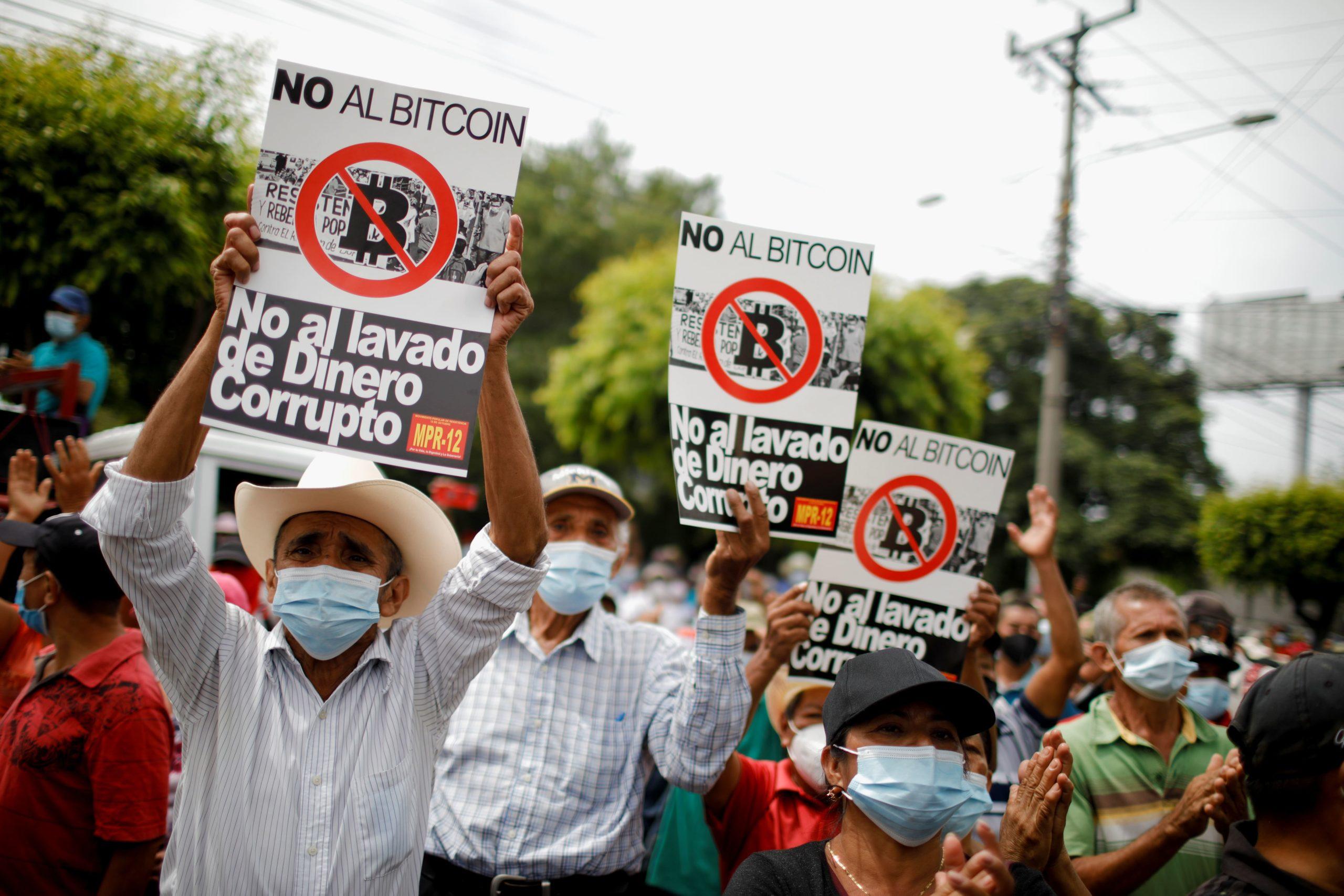 Демонстрація громадян Сальвадору проти запровадження біткоїна як нового платіжного засобу. Фото Sky News